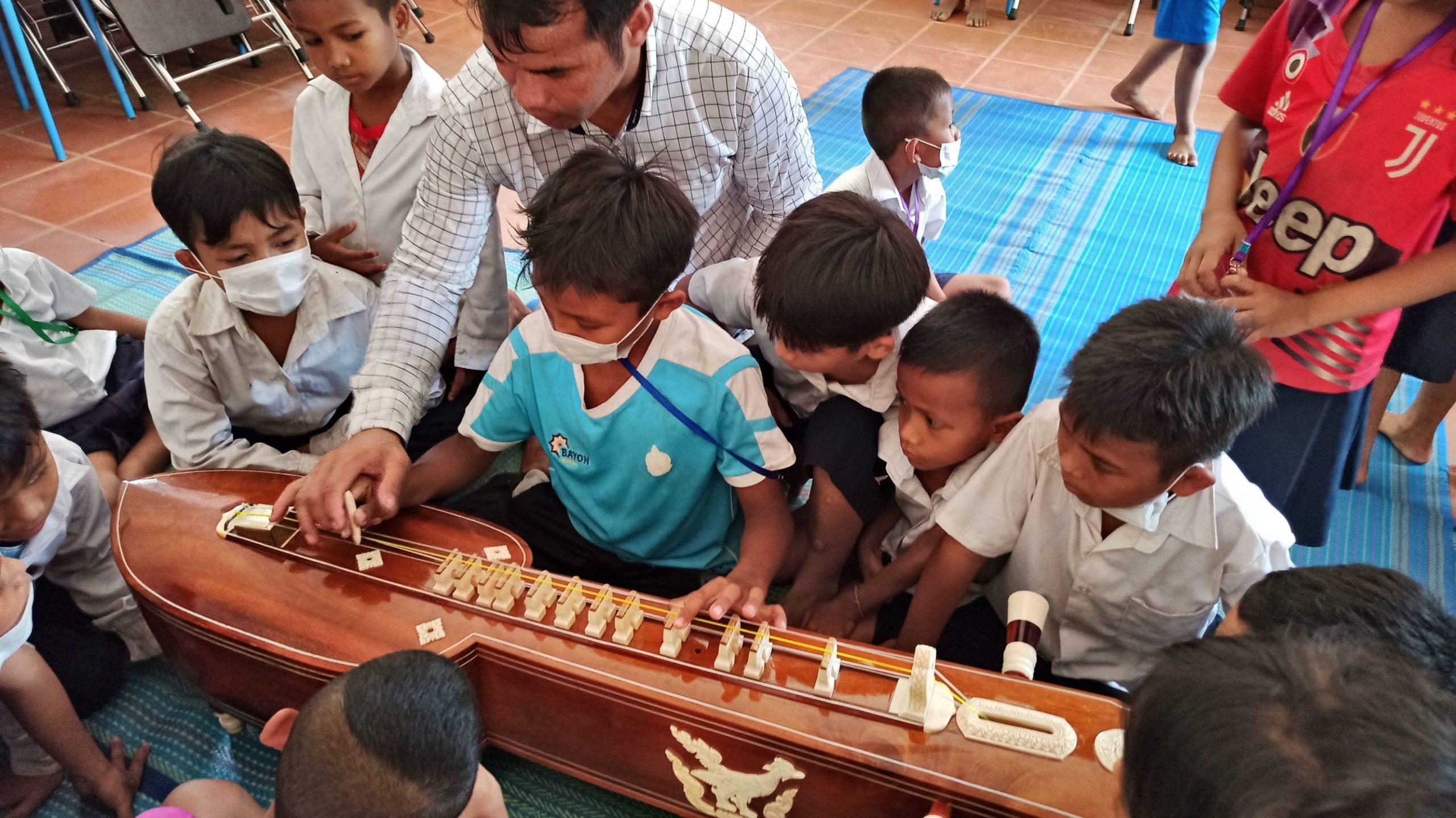 enfants essayent un instrument de musique